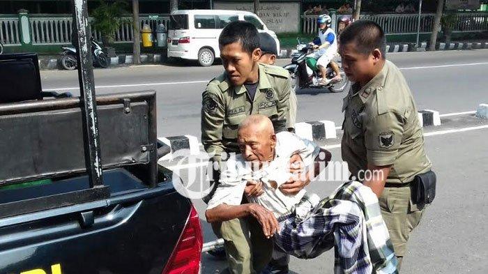 Kakek Terlantar Dievakuasi Dinas Sosial Kota Kediri Tribunjatim Alun Kab