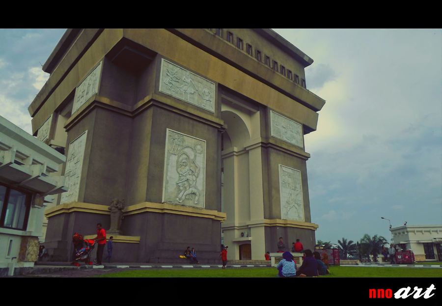 Monumen Simpang Lima Gumul Slg Kediri Arc De Triomphe Mirip
