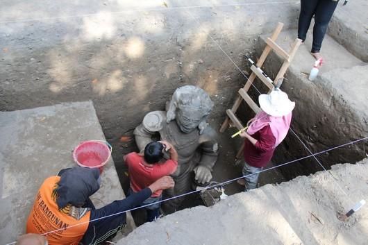 Arca Dwarapala Kebanyakan Duduk Jengkeng Temuan Istimewa Tim Peneliti Arkeologi