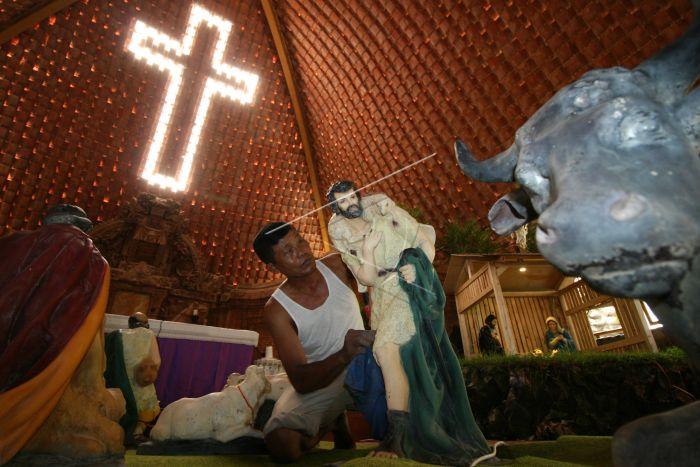 Persiapan Natal Gereja Puhsarang Kediri Antara Foto Umat Nasrani Membersihkan