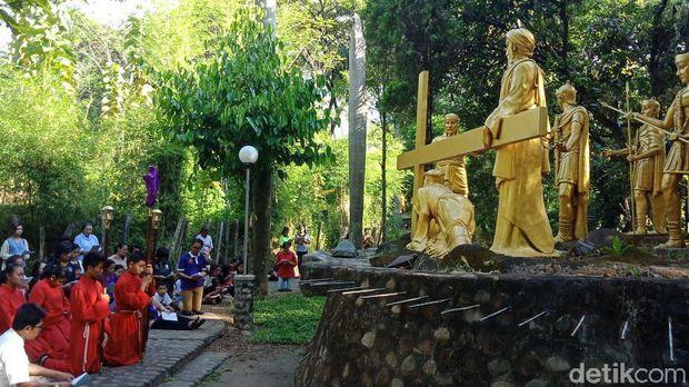 Jalan Salib Gua Maria Puhsarang Kenang Perjalanan Yesus Prosesi Kediri