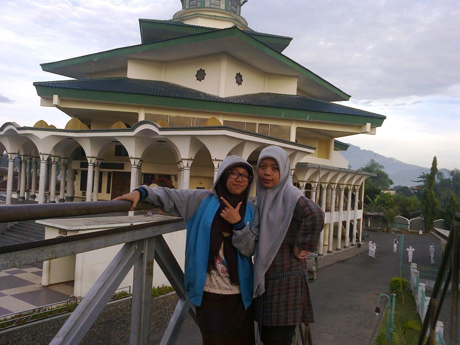 Masjid Agung Kediri Terbesar Termegah Kabupaten Kamu Memotret Pengunjung Tengah