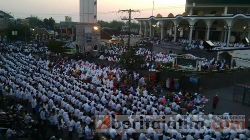 Ribuan Umat Muslim Kediri Gelar Doa Akhir Beritajatim Masjid Agung