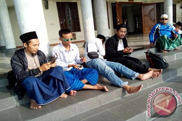 Warga Kediri Lihat Gerhana Matahari Pelataran Masjid Agung Kab