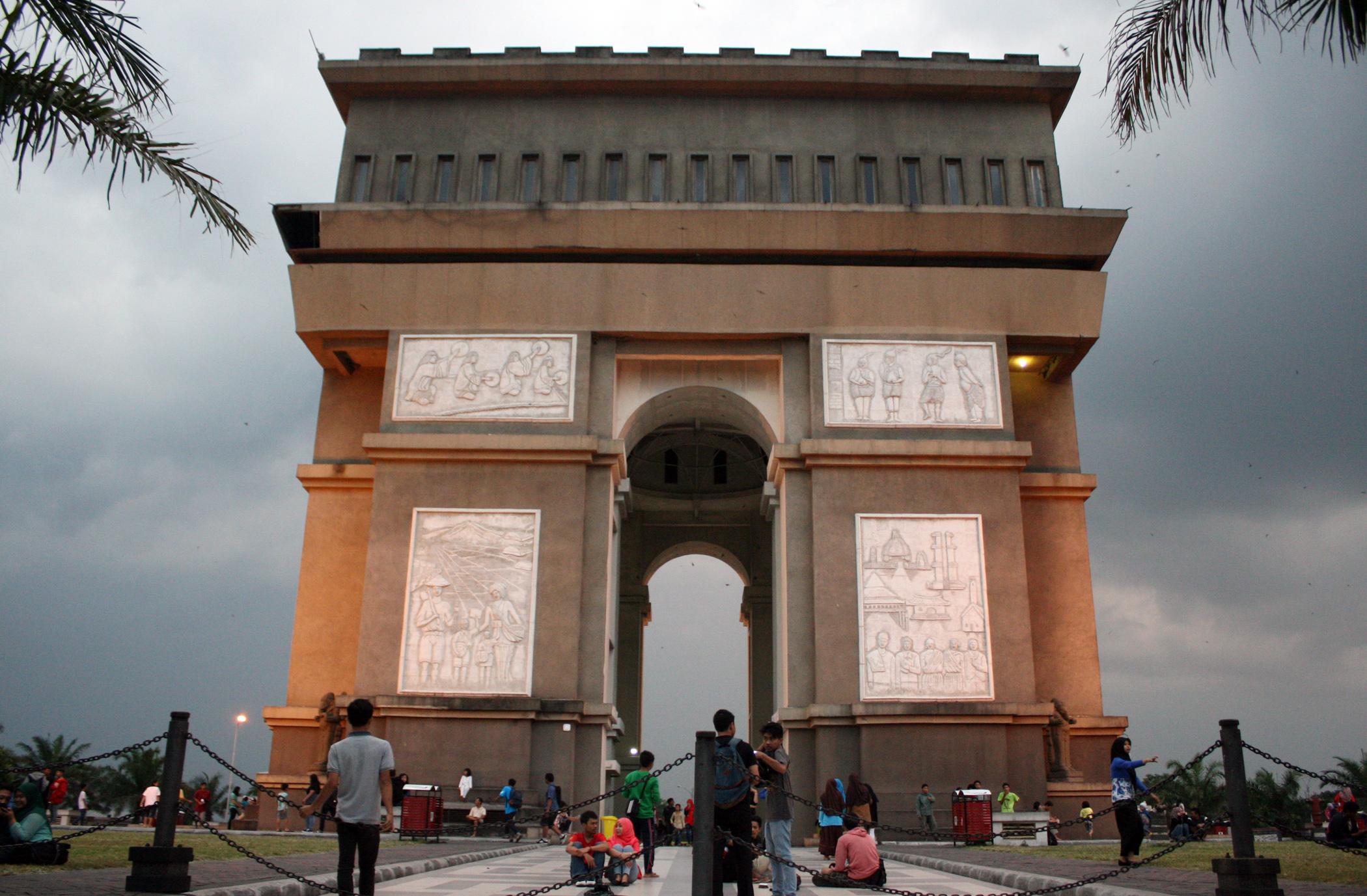Monumen Berita Daerah Simpang Lima Gumul Kediri Syu Kab