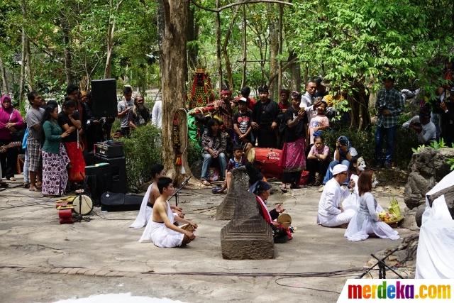 Foto Pagelaran Seni Panji Gunung Gua Selomangleng Merdeka Kirab Gunungan