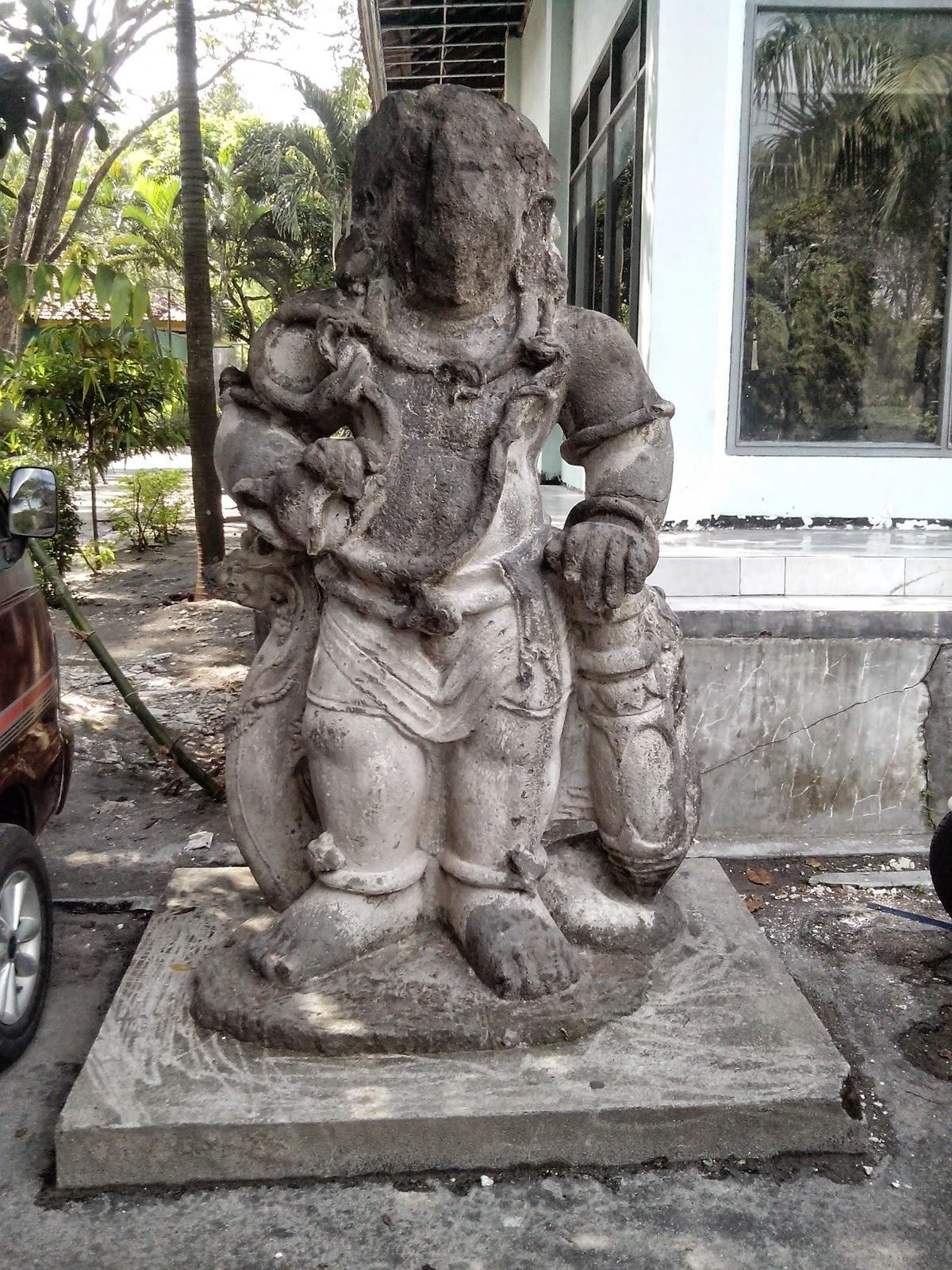 Wisata Sejarah Goa Selo Mangleng Kediri Negara Patung Depan Museum