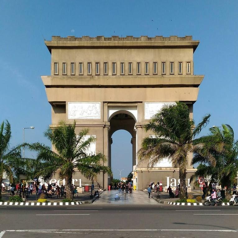 Daftar Tempat Wisata Kediri Layak Dikunjungi Waluwalucom Monumen Simpang Lima