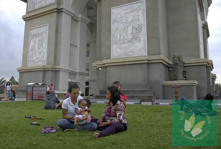 Tempat Wisata Simpang Lima Gumul Arc De Triomphe Kediri Ulin