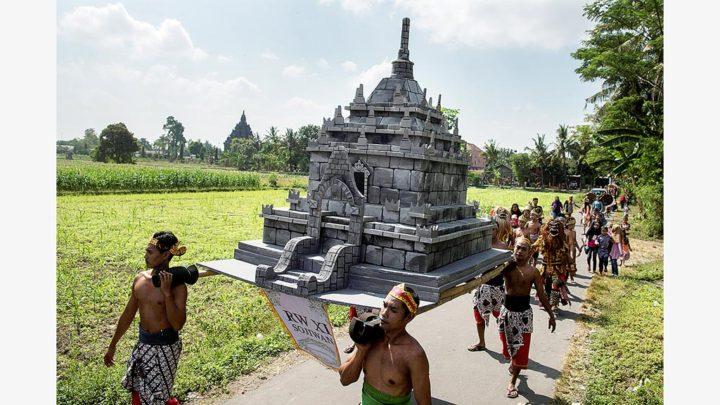 Festival Kesenian Candi Sojiwan Kompas Id Warga Mengikuti Kirab Desa