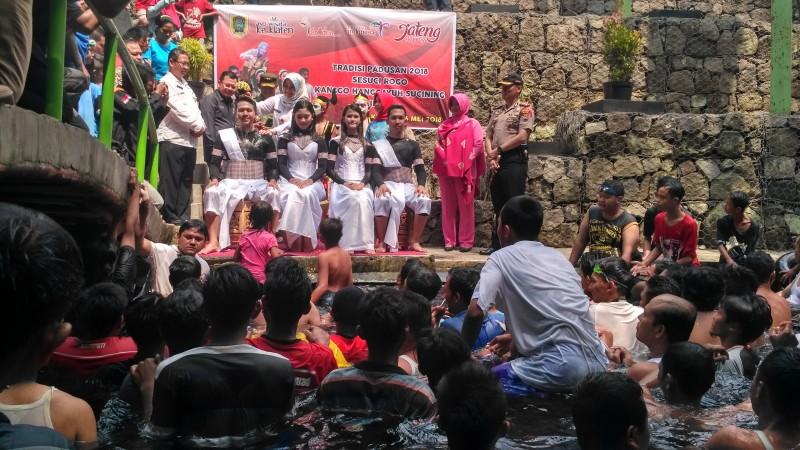 Seni Budaya Tradisi Padusan Umbul Cokro Tulung Klaten Padat Pengunjung