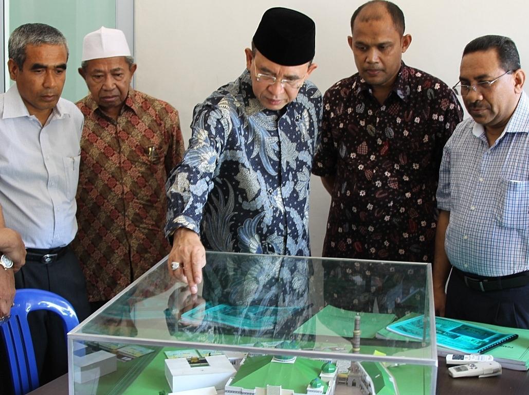 Menteri Agama Suryadharma Ali Melihat Maket Pembangunan Masjid Raya Pusat