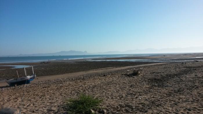 Pesona Pantai Manikin Kupag Asyik Bermain Batu Koral Berburu Akik