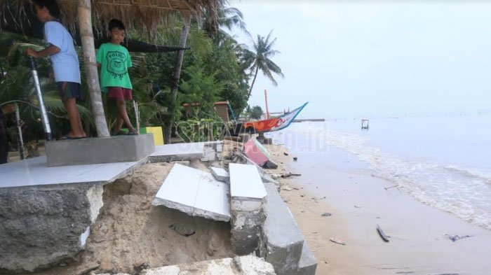 Gelombang Laut Tinggi Rusak Fasilitas Umum Pantai Kelapa Tuban Kab
