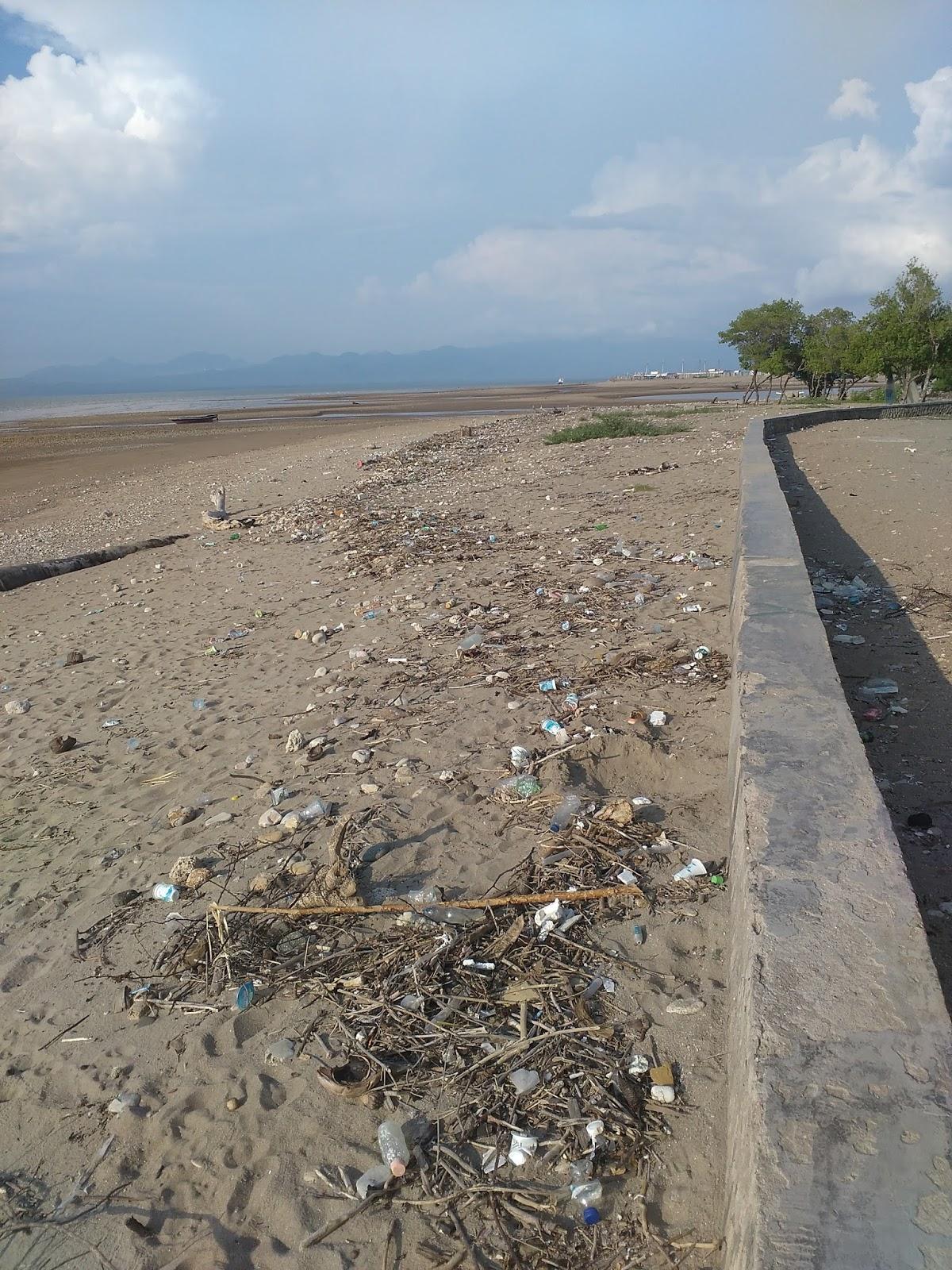 Pantai Manikin Lasiana Batu Nona Setiawan Mangando Sampah Berserakan Mengurangi