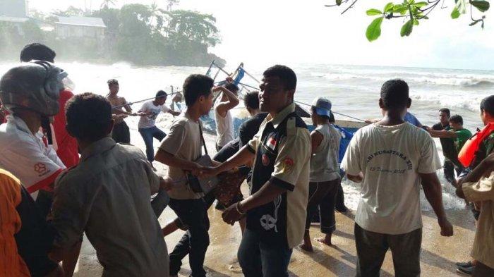 Breakingnews Tagana Evakuasi Kapal Tenggelam Pantai Ketapang Satu Kab Kupang