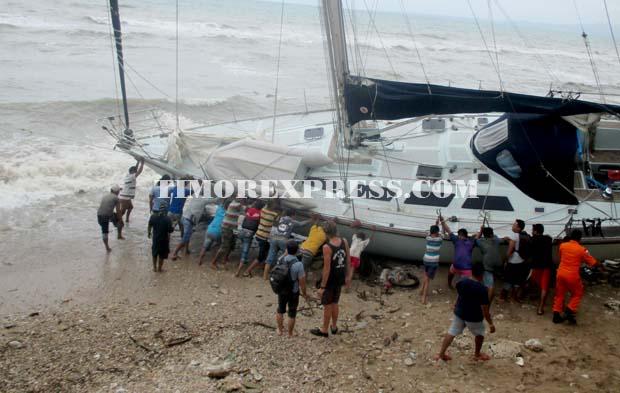 Dihantam Gelombang Perahu Quiddity Terdampar Timor Express Sejumlah Nelayan Membantu