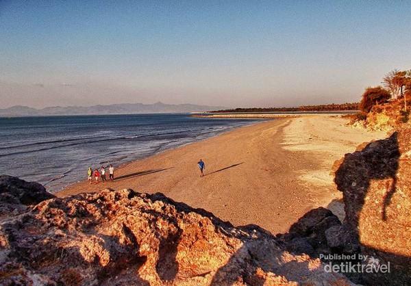Terpikat Pesona Pantai Batu Nona Kupang Bersih Kesan Teduh Senja