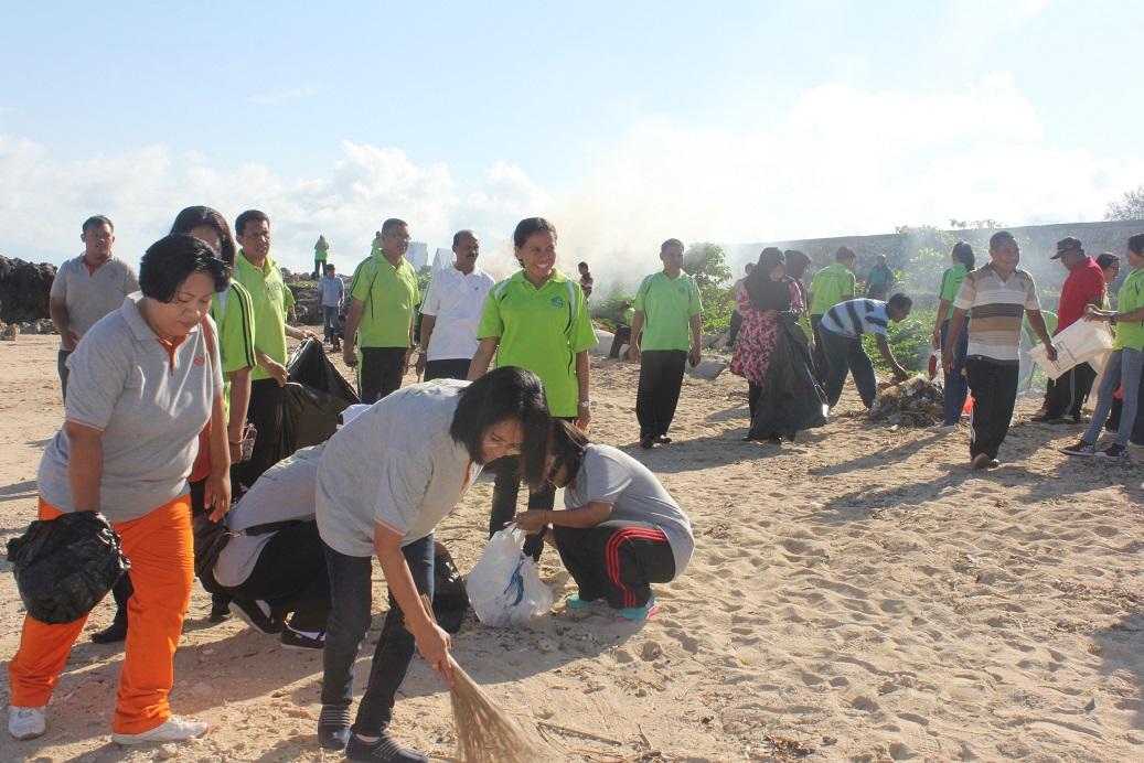 Pegawai Kanwil Kemenag Ntt Melakukan Aksi Bersih Pantai Sepanjang Pesisir