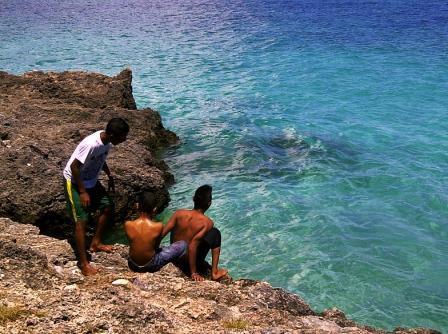 Tablolong Pantai Mempesona Kupang Terlihat Warga Sekitar Bermain Main Pinggir