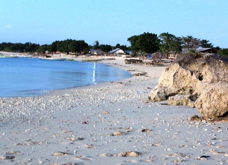 Daftar Tempat Wisata Kupang Menarik Dikunjungi Pantai Tablolong Berpasir Putih