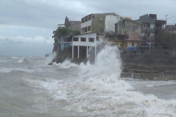 Gelombang Tinggi Pantai Tedis Hantam Gedung Lampaui Pagar Pembatas Kota