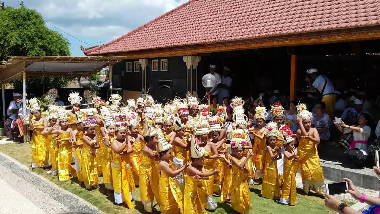 Priya Tari Rejang Dewa Pura Oebanantha Kupang Youtube Oebananta Kab