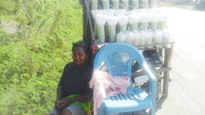 Miris Tak Punya Tenda Penjual Garam Oebelo Duduk Bawah Terik