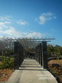 Bernostalgia Sore Hari Taman Nostalgia Kupang Jogging Track Pepohonan Meranggas