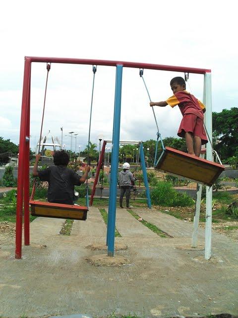 Timor Merdeka April 2011 Dua Bocah Minggu 10 3 Asyik