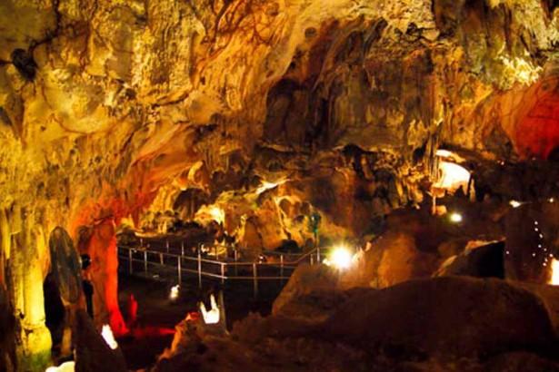 7 Obyek Wisata Lamongan Patut Dikunjungi Kebun Binatang Goa Maharani