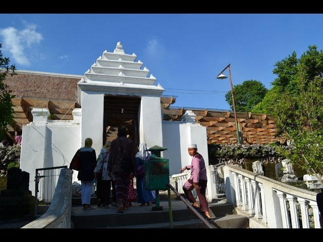 Makam Sunan Giri Travelerbase Traveling Tips Suggestions Drajat Kab Lamongan