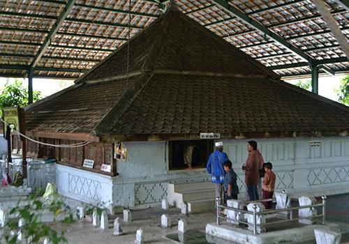Wisata Indonesia Kota Lamongan Menarik Sunan Drajat Salah Satu Anggota