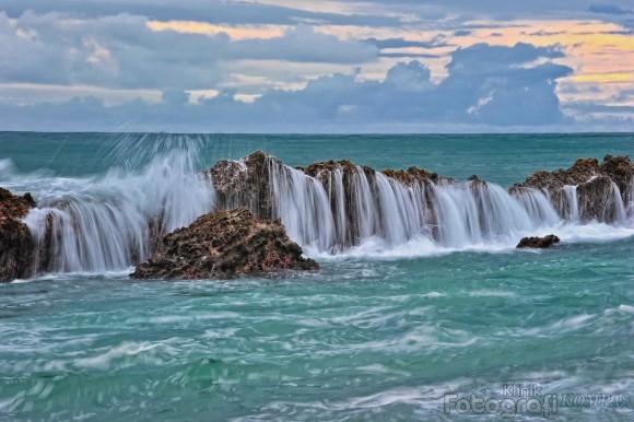 Pantai Sawarna Karang Taraje Tinggi Ombak Besar Deburnya Bisa Pecah