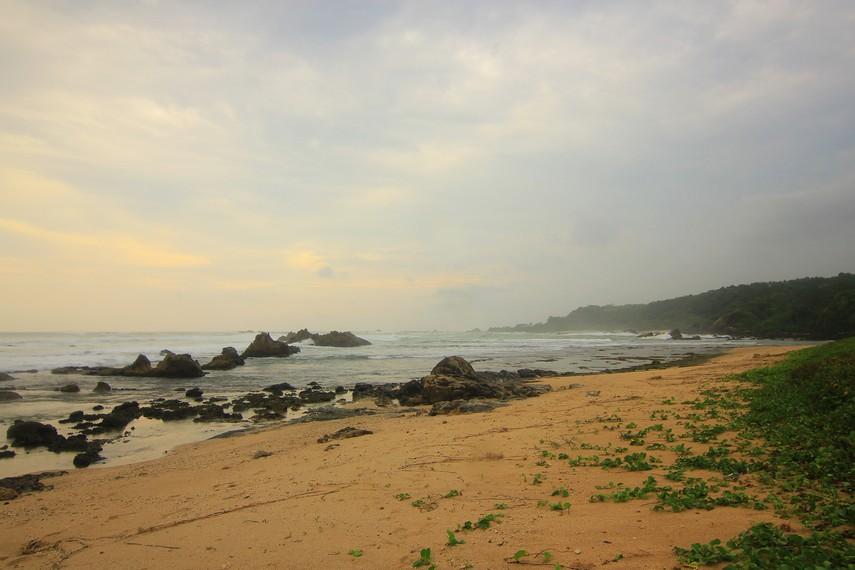 Memandangi Hempasan Ombak Pantai Karang Songsong Indonesiakaya Sisi Bagian Belakang