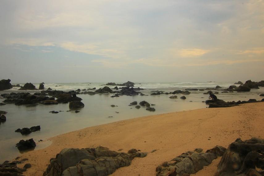 Memandangi Hempasan Ombak Pantai Karang Songsong Indonesiakaya Terletak Desa Cibobos