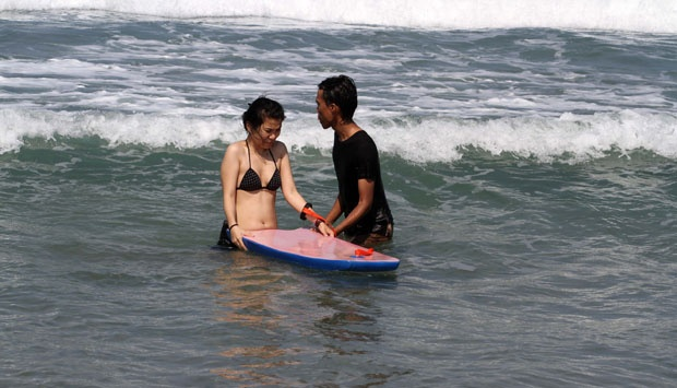 Wisata Selancar Potensial Pantai Sawarna Seleb Tempo Sepasang Kekasih Berenang