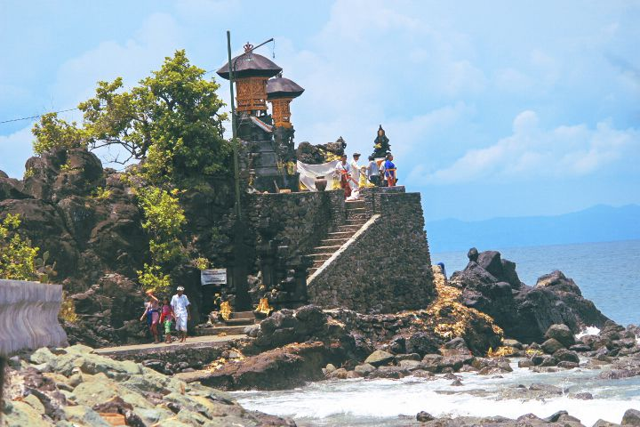 3 Keunikan Pura Batu Bolong Lombok Kab Barat
