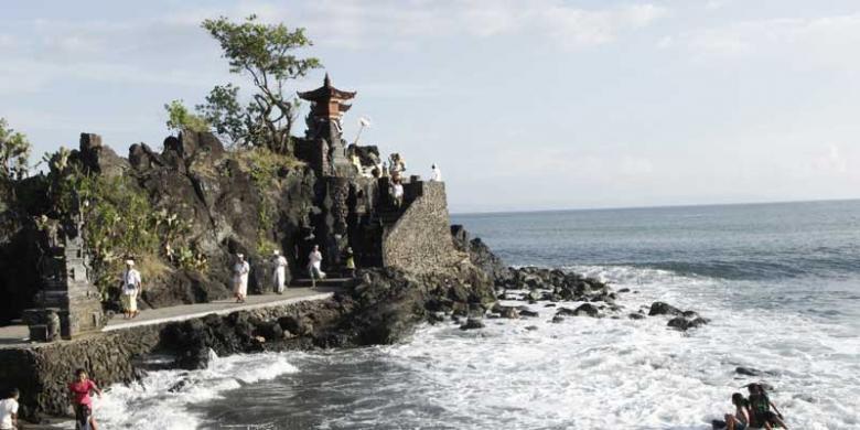 Menikmati Sunset Pura Batu Bolong Kompas Kab Lombok Barat