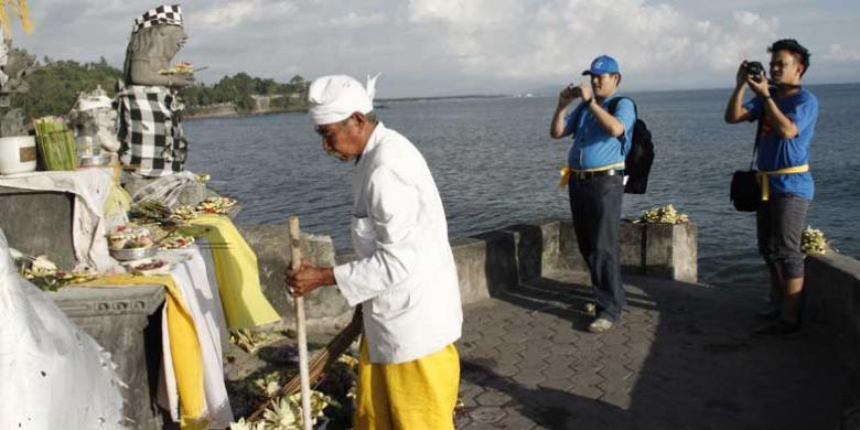 Menikmati Sunset Pura Batu Bolong Kompas Pulau Lombok Nusa Tenggara