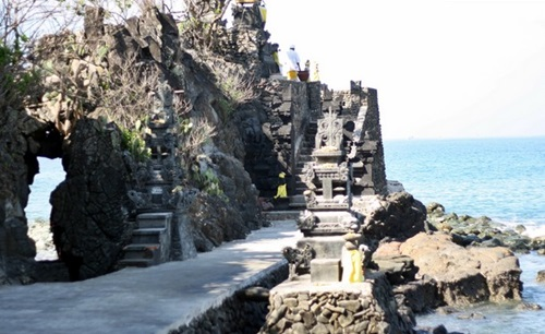 Tempat Wisata Lombok Barat Pura Batu Bolong Kab