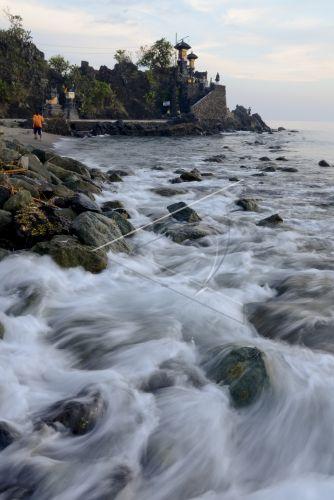 Wisata Pantai Vulkanik Batulayar Antara Foto Sejumlah Wisatawan Berada Batu