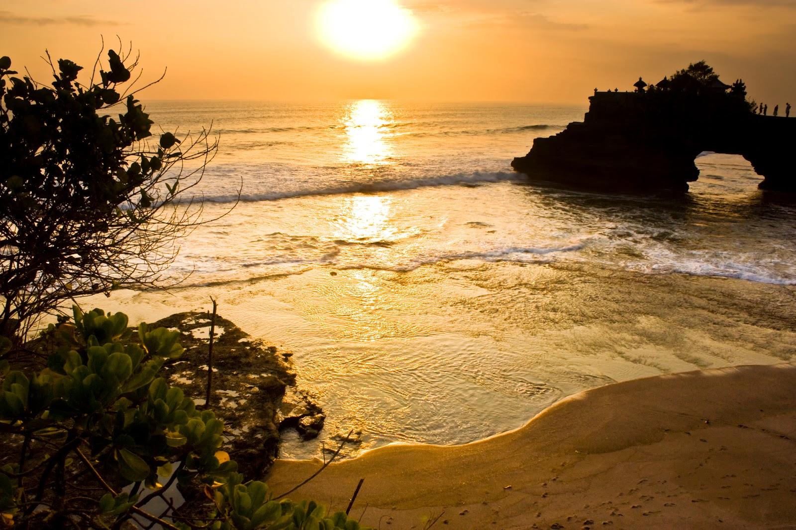 Wisata Pura Batu Bolong Pemandangan Indah Pantai Selat Lombok Kab