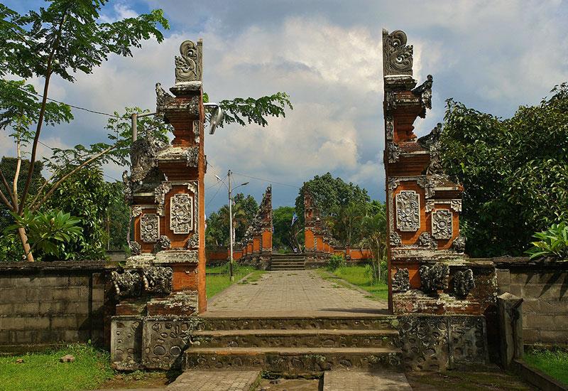 Pura Lingsar Lombok Barat Perang Topat Hindu Harmoni Agama Taman