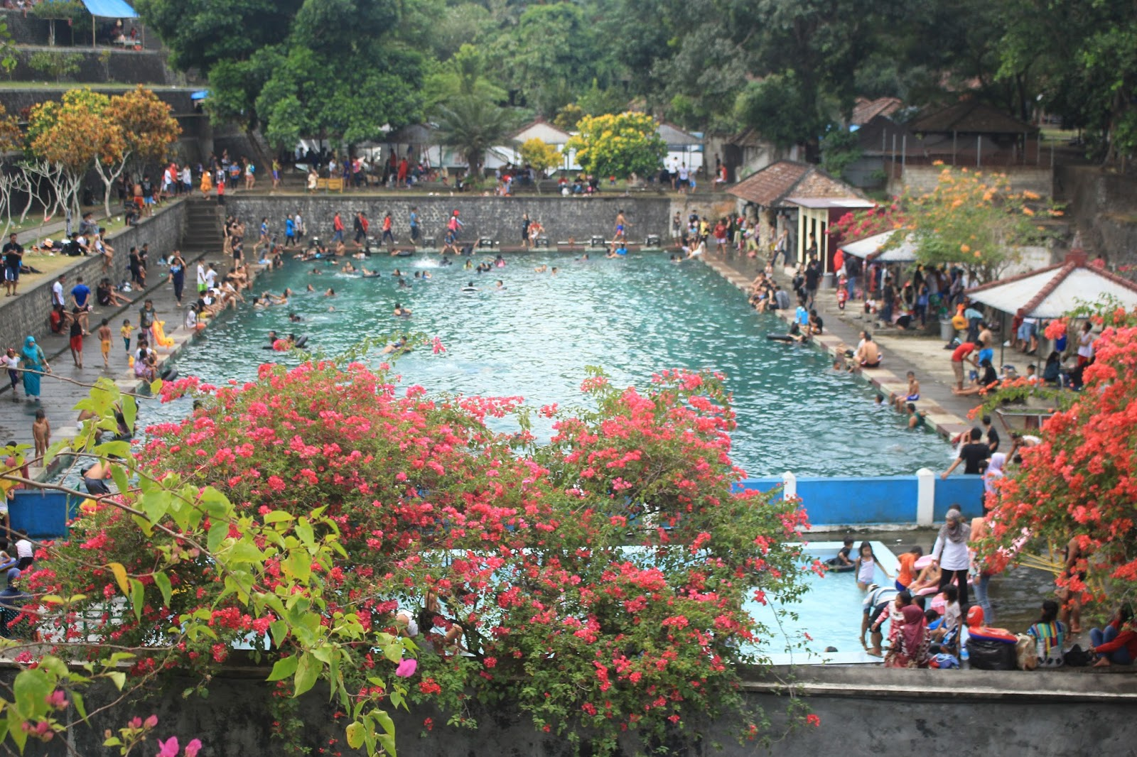 Wisata Kolam Pemandian Narmada Dilengkapi Taman Indah Aik Bukak Kab