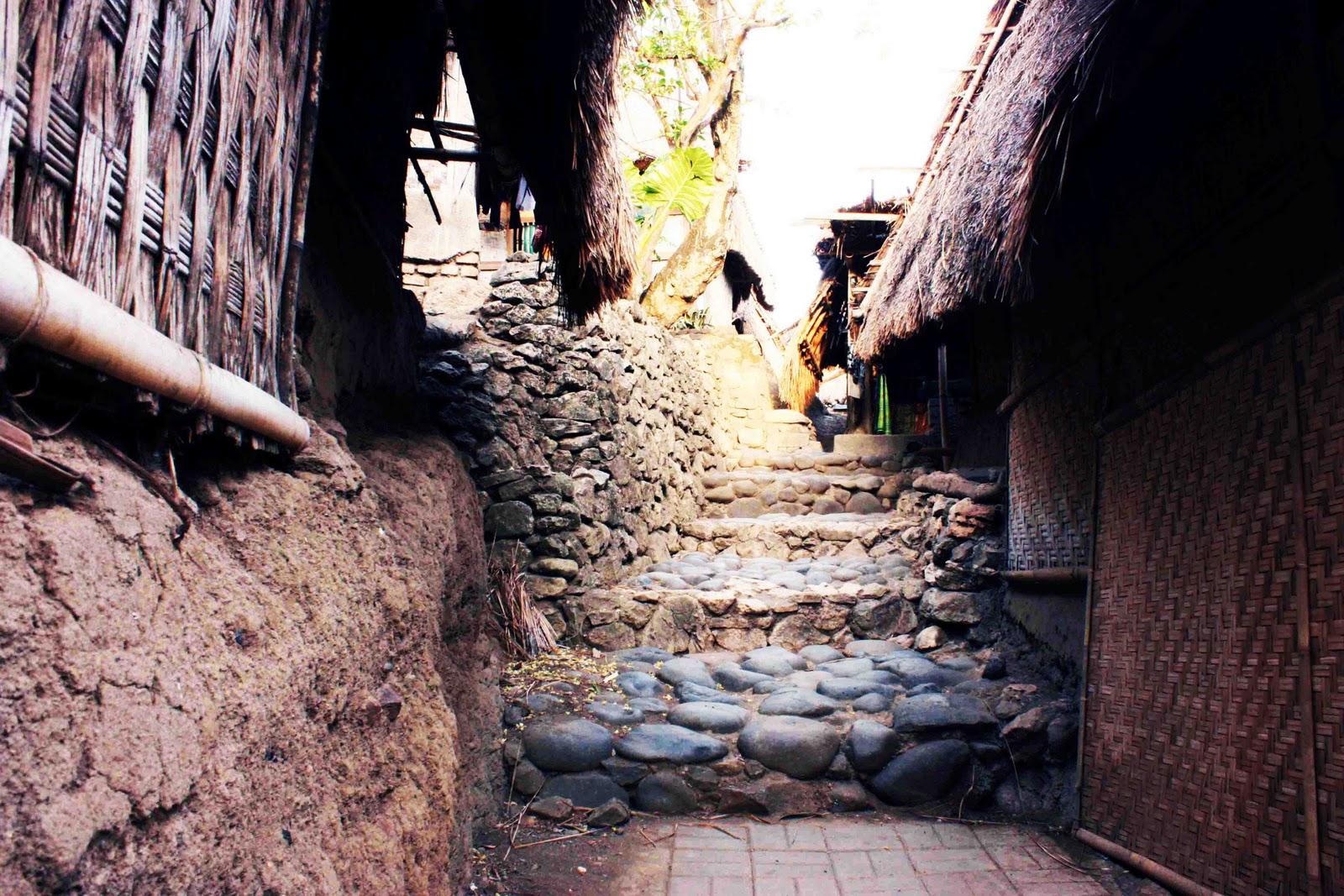 Backpacker Desa 1 Sade Bertanggakan Batu Rumah Adat Kab Lombok