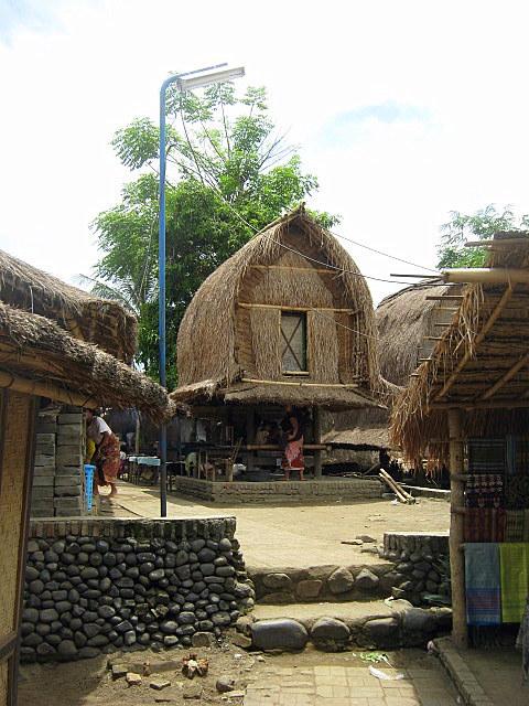 Desa Sade Cerminan Suku Asli Sasak Qorina Aprilita Menyuguhkan Suasana