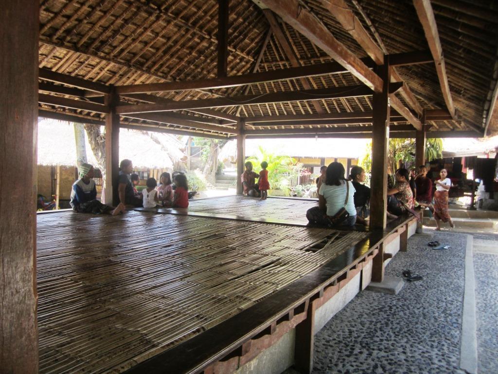 Kampung Adat Sade Simbol Identitas Suku Sasak Lombok Tengah Berugak