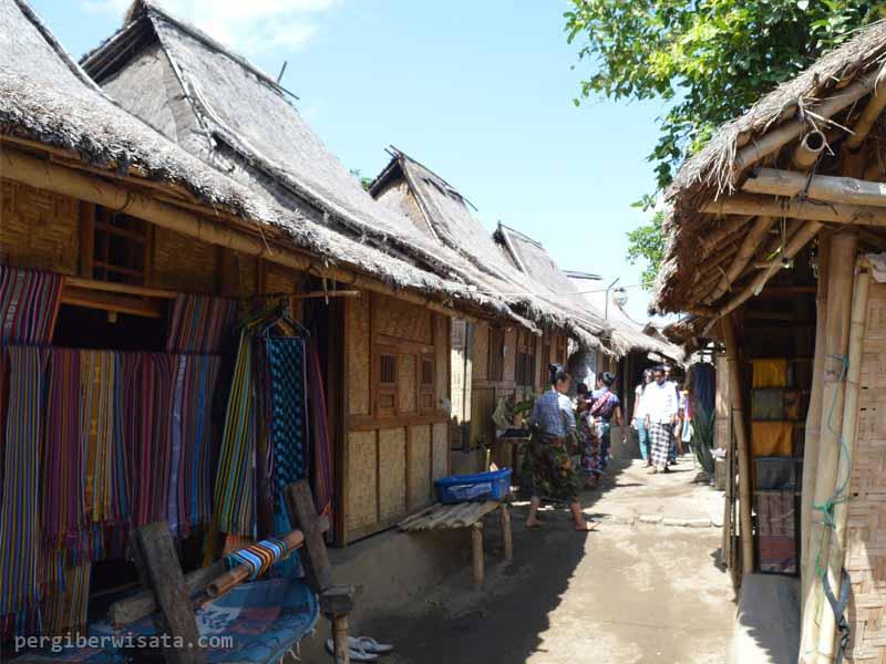 Kehidupan Masyarakat Desa Sade Tradisional Suku Sasak Lombok Rumah Adat