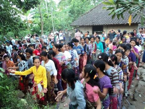 Suara Komunitas Sesait Februari 2012 Migel Tarian Biasanya Digelar Disekitar